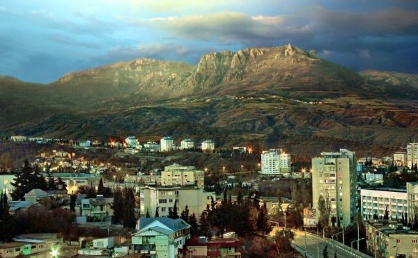 Городские постройки у подножия гор