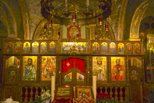 Иконы на стенах церкви святителя Василия