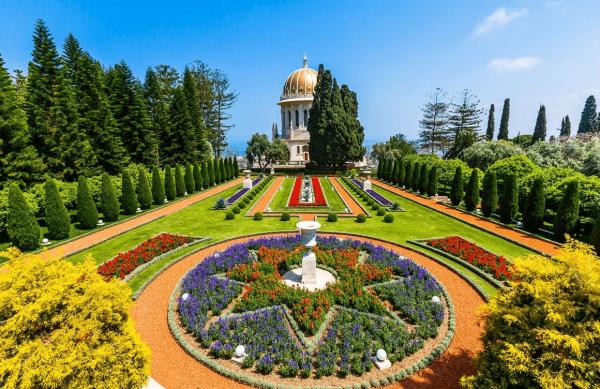 Клумбы и храм в Бахайских садах
