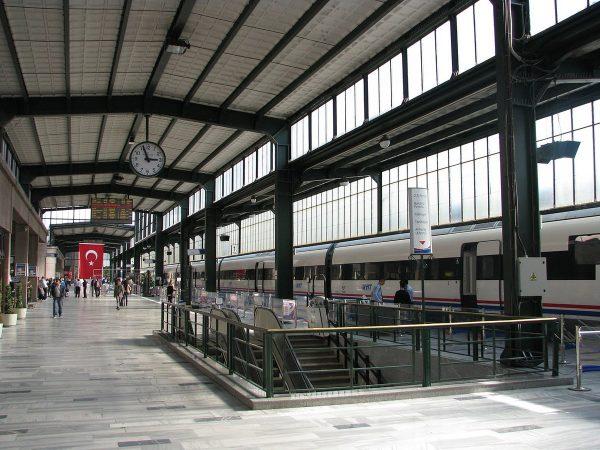 Крытая платформа железнодорожного вокзала в Анкаре