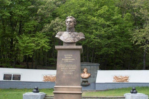 Кутузовский фонтан с каменным бюстом полководца