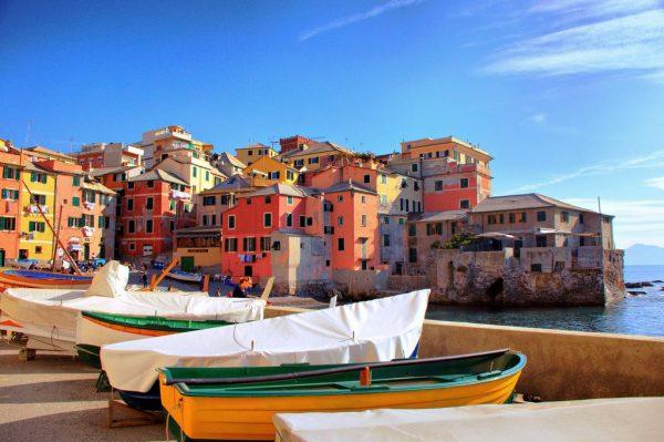 Лодки и дома на берегу моря