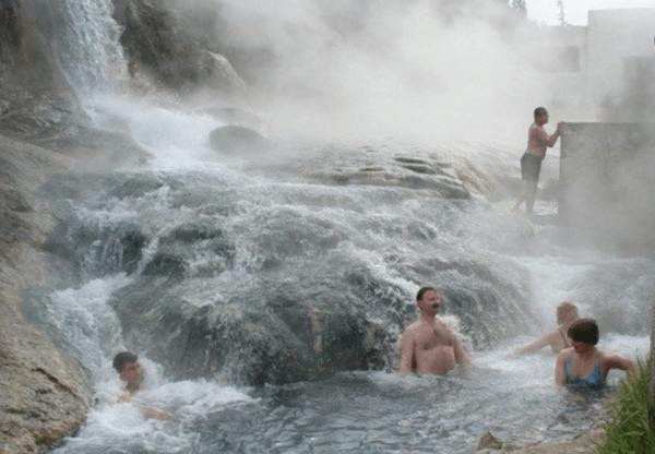 Люди купаются в горячем источнике