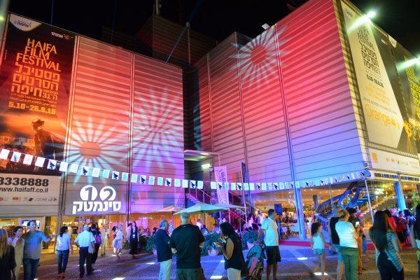 Люди собираются у здания кинотеатра в Хайфе