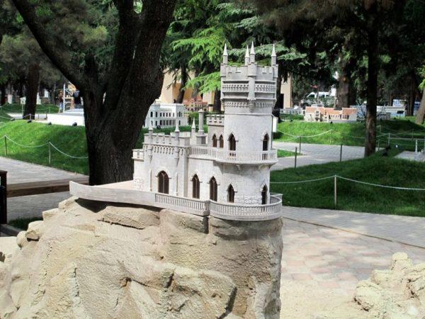 Макет замка «Ласточкино гнездо» в парке «Крым в миниатюре»