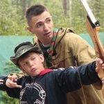 Мальчик стреляет из лука в «Городе мастеров»