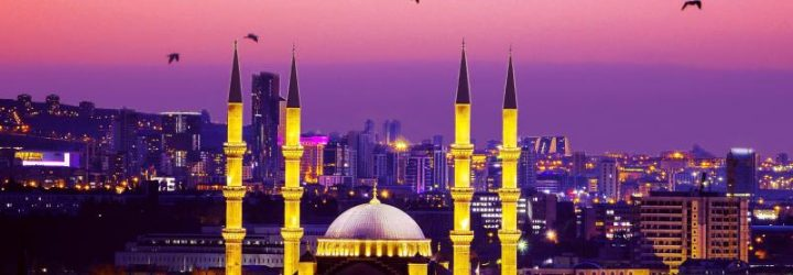 Минареты мечети на фоне вечерней Анкары