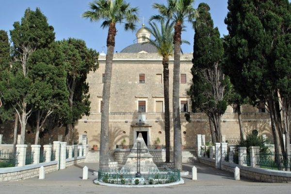 Монумент у входа в монастырь Стелла Марис