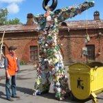 Мужчина смотрит на чучело из мусора