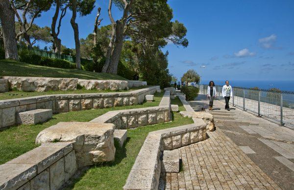 Люди прогуливаются по набережной Хайфы