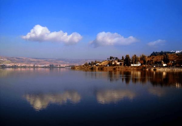 Озеро Моган с домами на берегу