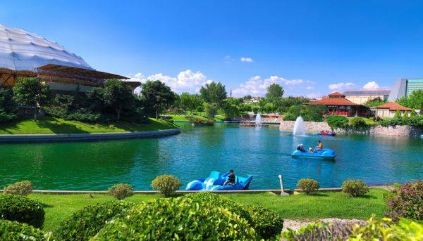 Посетители парка катаются на водных велосипедах по озеру