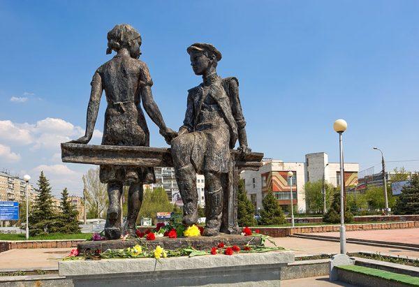 Памятник несовершеннолетним труженикам тыла в Самаре
