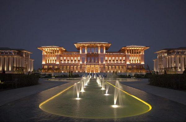 Площадь с фонтанами перед Президентским дворцом
