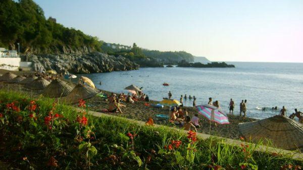 Люди отдыхают на пляже в Зонгулдаке