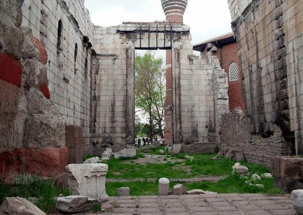 Руины храма Августа