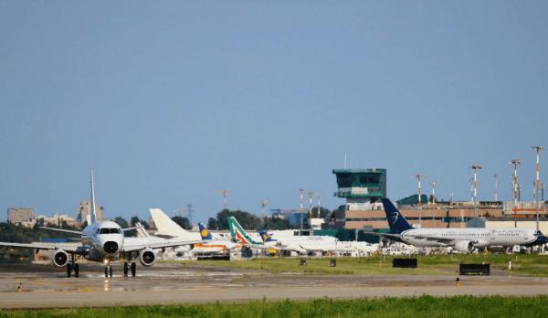 Самолёты на посадочной полосе в аэропорту Болоньи