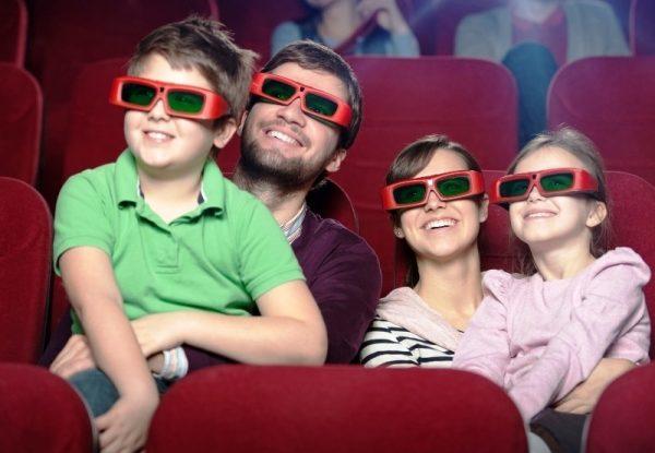 Семья с детьми в кинозале 3D