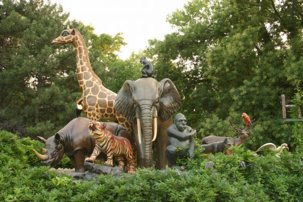 Скульптуры диких животных на входе в ферму