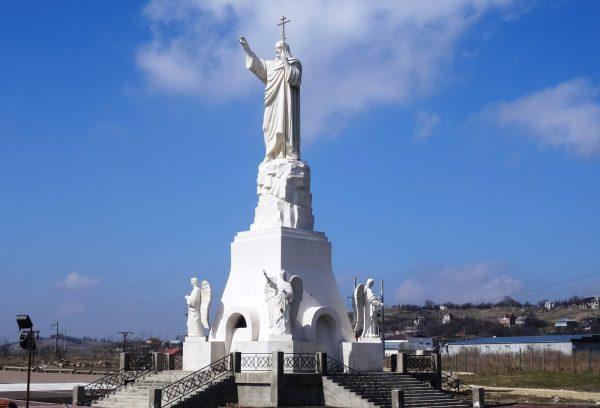 Статуя Иисуса в Петропавловском храмовом комплексе Ессентуков
