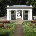 Статуя на фоне беседки в Курортном парке Ессентуков