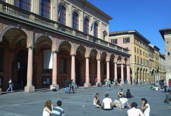 Студенты сидят на асфальте на площади Верди