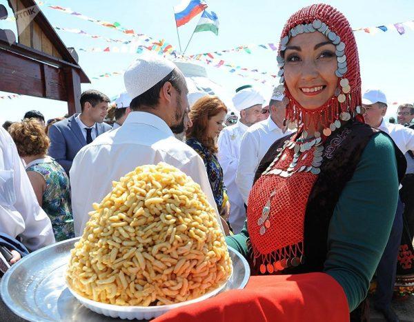 Татарка в национальном костюме с чак-чаком
