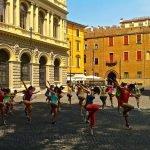 Танцоры выступают на улице