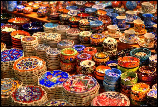 Расписная турецкая посуда и деревянные диски под горячие блюда