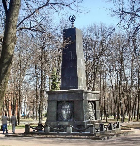 Памятник революционерам