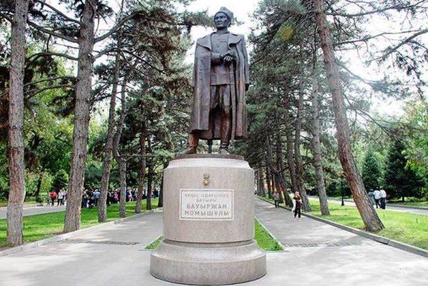 Памятник Бауыржану Момыш-улы