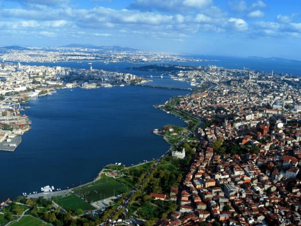 Вид на бухту Золотой Рог в Стамбуле
