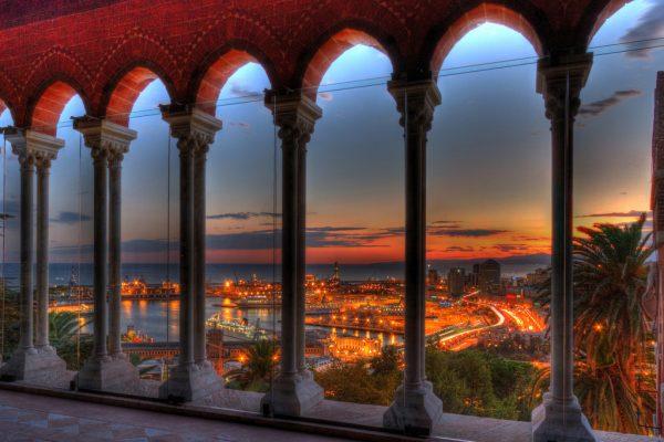 Вид на вечерний город из башни замка
