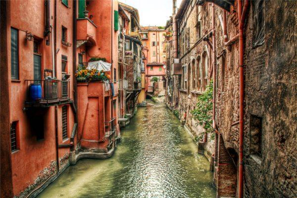 Воды подземного канала текут по улице Болоньи