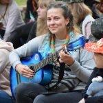 Вожатая с гитарой в «Городе мастеров»