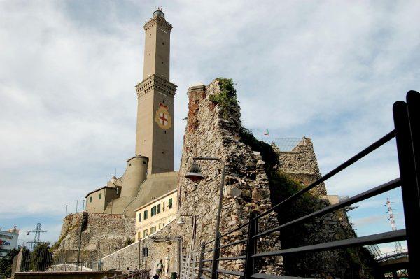 Вышка и башня маяка Ла Лантерна в Генуе