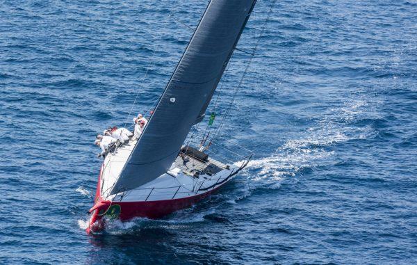 Яхта под парусом плывет в море
