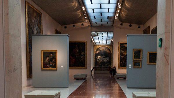 Зал музея Пинакотеки с картинами