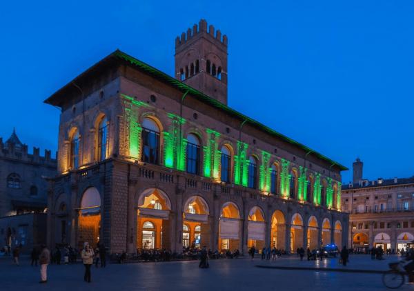 Здание дворца Подеста вечером
