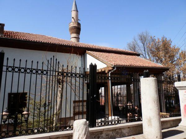 Здание мечети Аладдина за забором