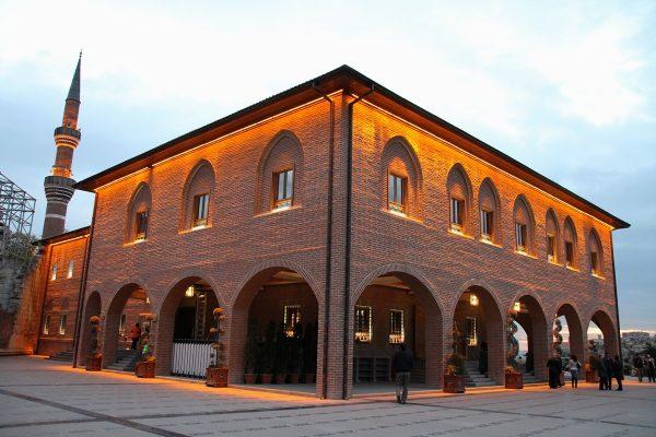 Здание мечети Хаджи Байрам вечером