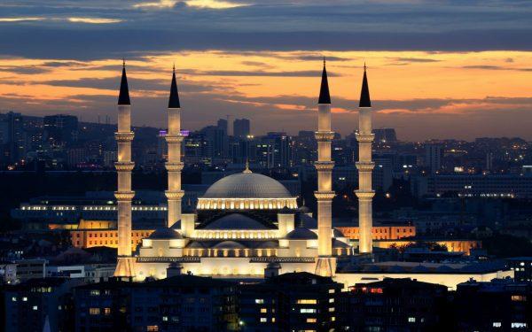 Здание мечети с четырьмя минаретами вечером