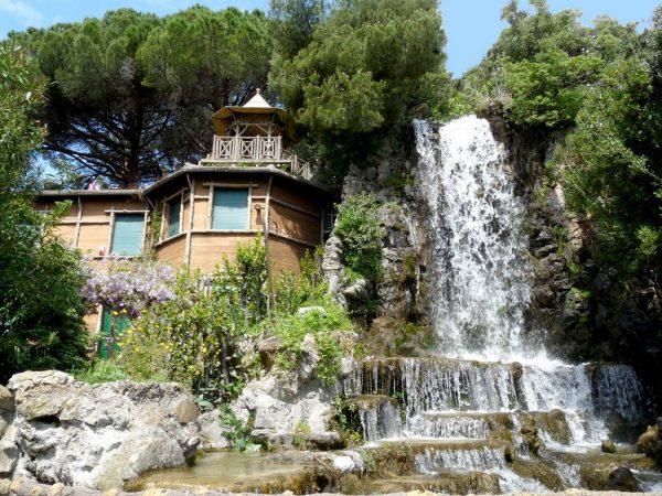 Здание музея и водопад в парке Виллета ди Негро