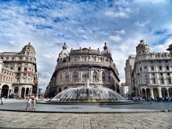 Здания и фонтан на площади Феррари