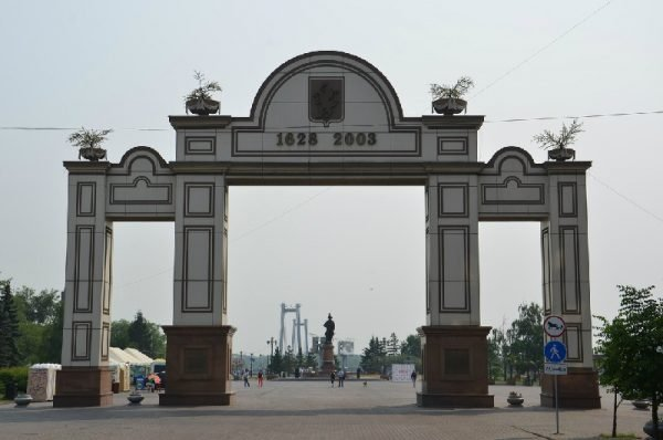 Триумфальная арка и памятник графу Резанову на площади Мира