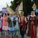 Праздничное шествие участников фестиваля