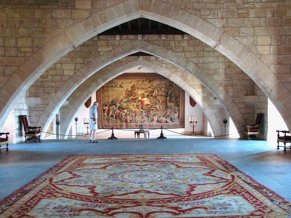 Готические арки во дворце Альмудайна