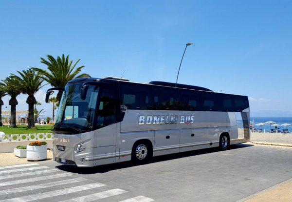 Автобус компании BonelliBus ожидает туристов