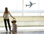 Человек в аэропорту с чемоданом