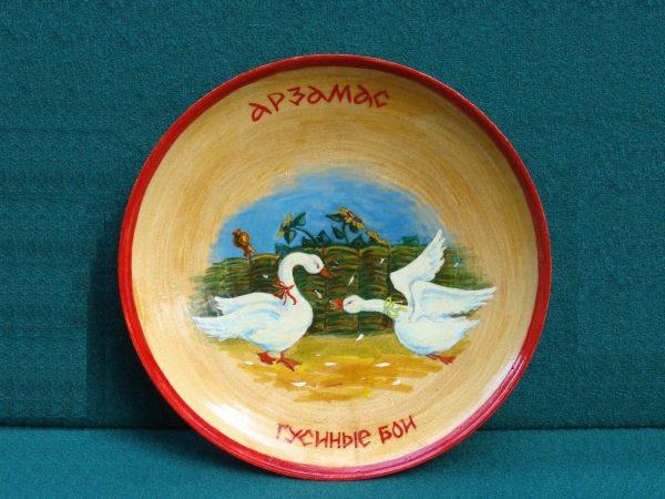 Деревянная тарелка с изображением гусей